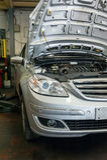 Осмотр двигателя автомобиля стоковые изображения