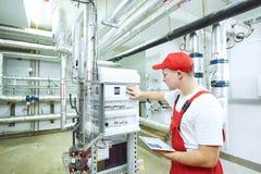 Осмотр системы отопления боилера стоковое изображение