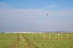 Осмотр трутня над взлётно-посадочная дорожка авиапорта Стоковое фото RF