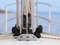 Основание для обеспечивать mainsail на палубе яхты круиза Складывая экипажи и веревочки для поднимать ветрила Equ sloop Бермудски стоковые изображения rf