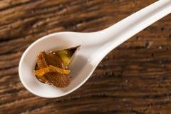 Основание печенья, манго и маракуйя gel, половинный мусс горького шоколада с апельсином и стекло маракуйи в ложке Стоковая Фотография RF
