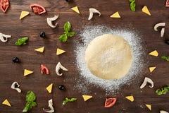Основа и ингридиенты теста для пиццы, на таблице Стоковое Изображение