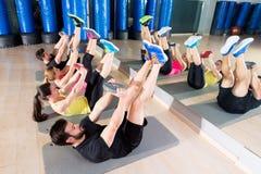 Основная группа подбрюшной плиты тренируя на спортзале Стоковая Фотография