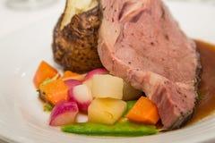 Основная нервюра с испеченной картошкой и смешанными овощами Стоковые Фото
