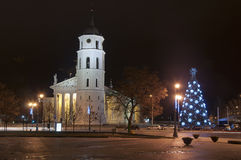 Основной квадрат Вильнюс на ноче стоковая фотография rf