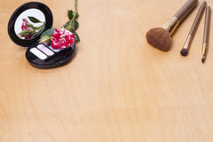 основной случай щетки красит тщету таблицы кожи порошка пинка губной помады сумки золота eyeliner косметик cream Стоковая Фотография