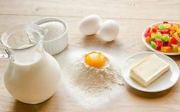 Основные ингридиенты для сладостного хлеба (кулич) Стоковое Изображение