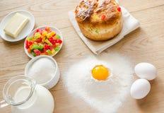 Основные ингридиенты для сладостного хлеба (кулич) Стоковое фото RF
