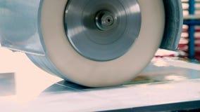 Особенная машина мелет фасады, части мебели процесс молоть части фасадов мебели Отполированная мебель видеоматериал