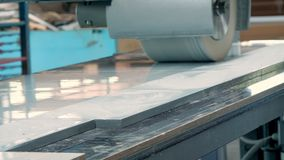 Особенная машина мелет фасады, части мебели Процесс молоть части фасадов мебели Отполированная мебель сток-видео