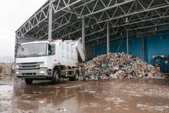 Особенная машина разгружает отход к складскому помещению стоковая фотография rf