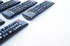 Особенно тяжело запачканные черные дистанционные управления для ТВ на белой предпосылке стоковая фотография rf