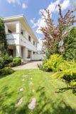 особняк Итальянск-стиля окруженный путем утихомиривать зеленый цвет стоковое фото