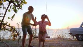 Остальнои лета любовников на обваловке в заходе солнца, счастливых выходных пар в влюбленности на набережной, романтичное отключе видеоматериал