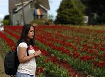 останавливать запаха девушки цветков подростковый к Стоковые Изображения RF