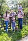 Останавливать для того чтобы принять семейное фото Стоковое Фото