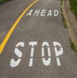 Остановите вперед знак на тротуаре Стоковая Фотография