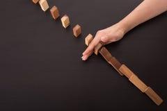 Остановите влияние риска домино, бизнесмена используя руку Стоковые Изображения RF