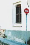 Остановите знак на белом городе Вильнюсе l стены и окон предпосылки Стоковые Фотографии RF