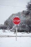 Остановите знак на снежной дороге Стоковые Фото