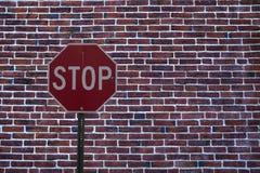Остановите знак рядом с стеной Стоковые Фотографии RF