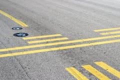 Остановите линию на taxiway стоковые изображения