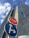 Остановите и позволил дорожный знак направлений Стоковое Фото