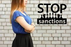 Остановите концепцию санкций девушка на кирпичной стене стоковые изображения rf