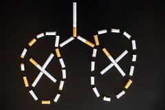 Остановите курить концепцию на предпосылке с сломленными сигаретами ворох Стоковые Изображения