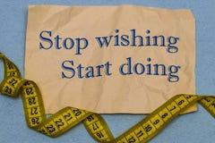 Остановите пожелать, начните сделать! Мотивационная фраза на листе пюре Стоковые Изображения RF