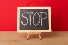 Остановите слово написанное на классн классном школы Стоковое Фото