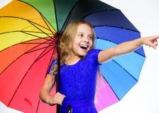 Останьтесь положительный хотя сезон дождя осени Яркий аксессуар на осень Идеи как выдержите пасмурный день осени девушка малая стоковая фотография rf