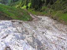 Остатки лавины на наклоне горы весной Стоковая Фотография RF