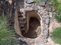 Остатки ванны для ритуальных омовений - Mikvah - в руинах старого еврейского города Gamla на Голанских высотах разрушенного  стоковые изображения