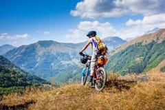 Остатки велосипедиста в горах пока велосипед Стоковое фото RF