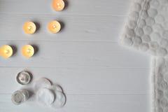 Остатки в курорте женщина серого стиля причёсок внимательности красотки предпосылки глянцеватая slicked Время релаксации для yous Стоковые Фотографии RF
