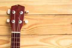 Остатки гавайской гитары Брайна на деревянном поле Стоковая Фотография RF