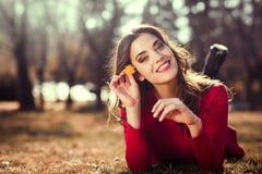 Остатки женщины в парке с одуванчиками Стоковое Изображение