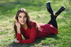 Остатки женщины в парке с одуванчиками Стоковые Фото
