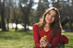 Остатки женщины в парке с одуванчиками Стоковая Фотография