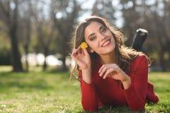 Остатки женщины в парке с одуванчиками Стоковое Фото