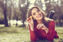 Остатки женщины в парке с одуванчиками Стоковые Изображения RF