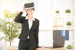 Остатки женщины на таблице деятельности с виртуальной реальностью Стоковое Фото
