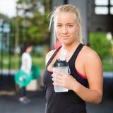 Остатки и питьевая вода женщины после разминки Стоковые Фото
