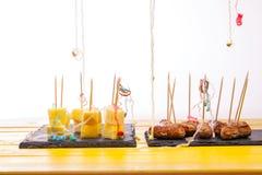 Остатки клевов еды партии Остаток сосиски коктеиля и ch Стоковое Изображение