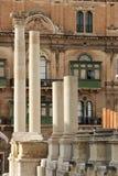 Остатки колоннады старого театра в центре Валлетты, столице острова Мальты стоковое изображение
