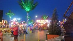 Остатки людей в парке атракционов на времени раннего вечера стоковые фото