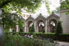 Остатки людей в тени деревьев в парке напротив музея древности в Париже стоковая фотография rf