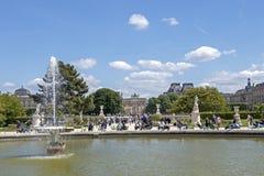 Остатки людей на призваниях праздника в парке около дворца на солнечном дне, Парижа жалюзи, Франции стоковое фото rf