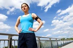 Остатки молодой женщины после бега, jogging пригонки в городе Стоковое Фото